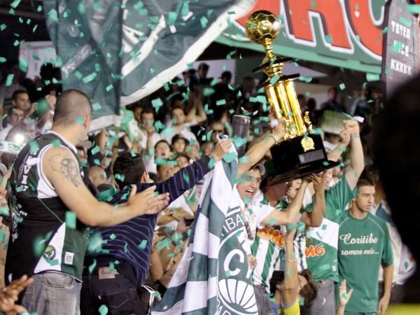 Coritiba é tetracampeão do estado; jogadores comemoram com torcida