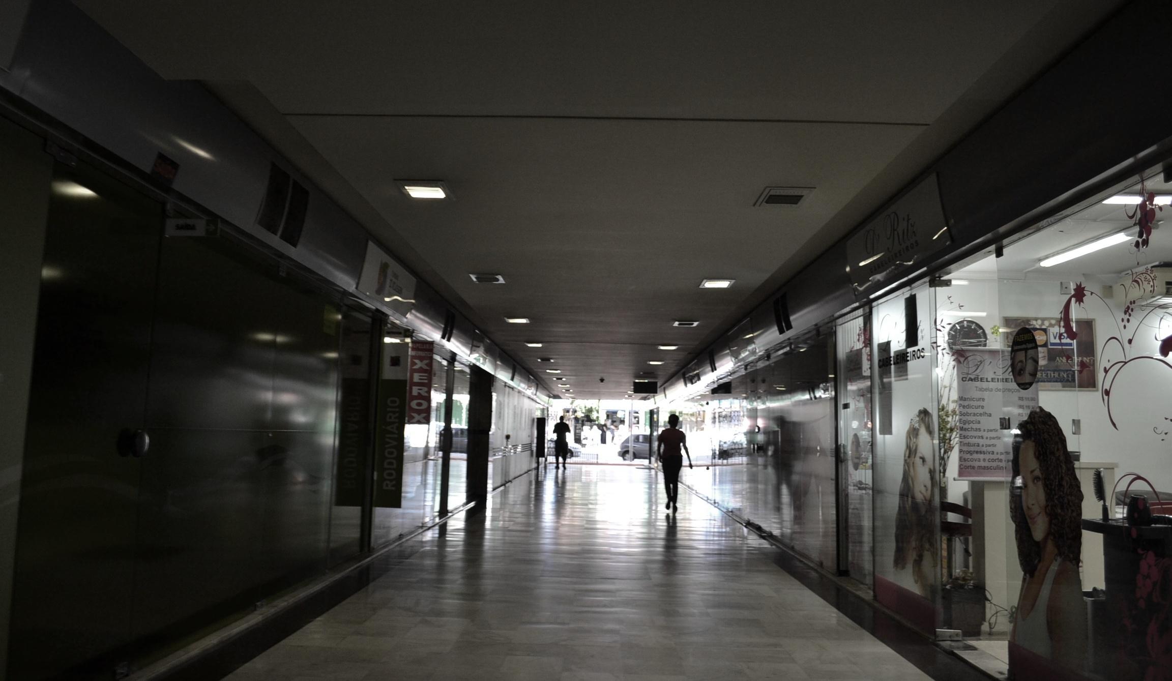 Galeria Ritz, que liga a Av. Mal. Deodoro ao calçadão da Rua XV: caminho de Leminski para as aulas de artes marciais
