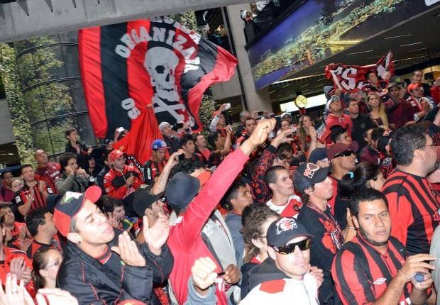 Torcida do Atlético recepciona time no aeroporto, depois do Furacão conseguir a vaga para a final