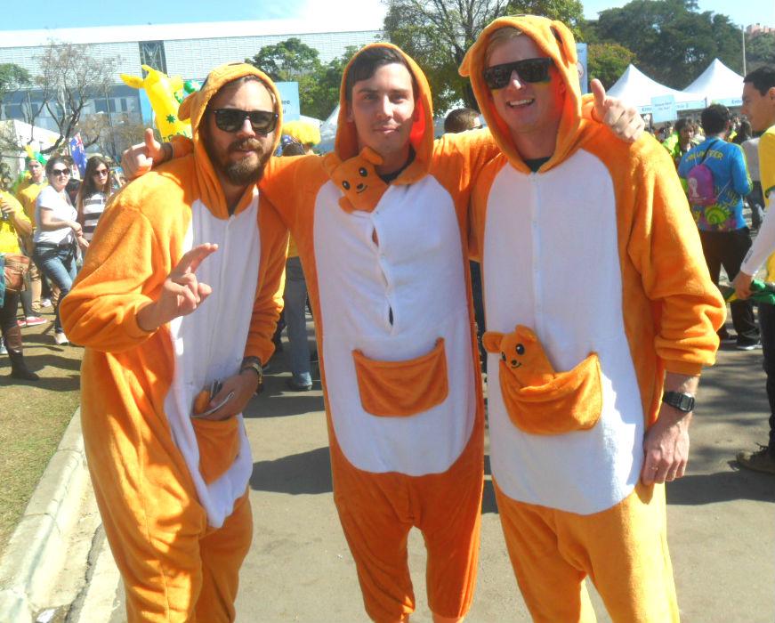 Vestidos de cangurus, trio de australianos vira celebridade em Curitiba (Foto: Thaís Barbosa)