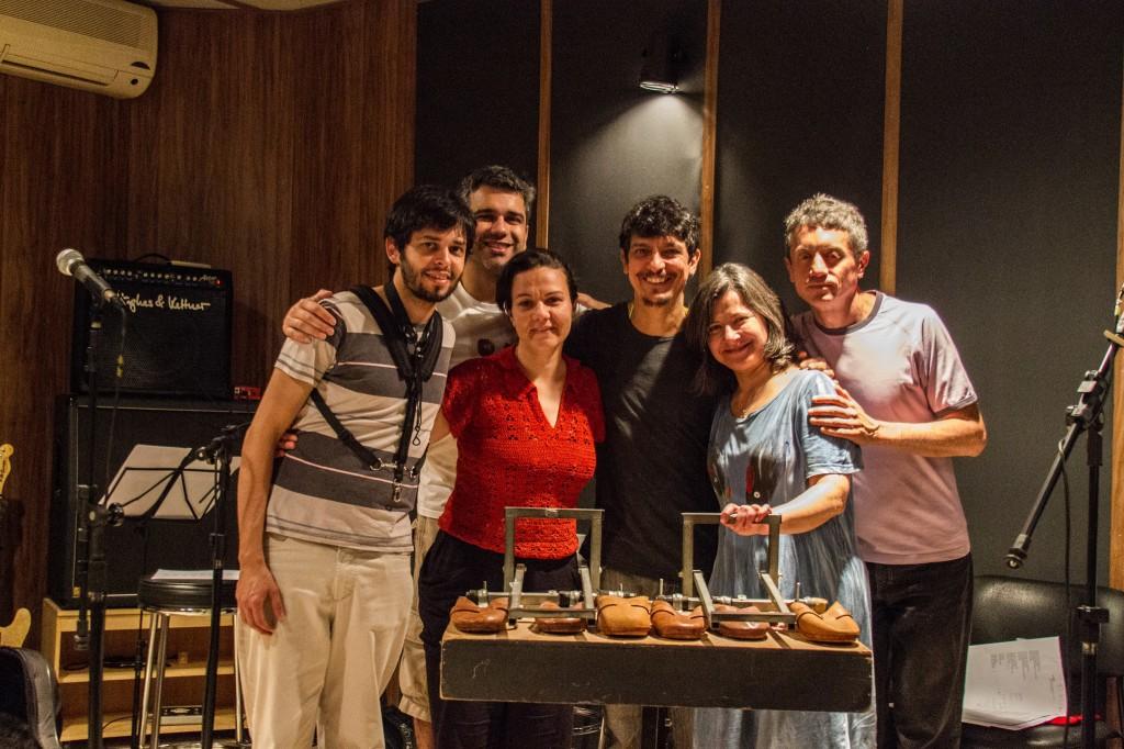"""Grupo Fato ao lado do produtor Pedro Luís e """"tamancalha"""", instrumento inventado pelo grupo para imitar os tamancos do fandango paranaense (Foto: Joseane Daher)"""