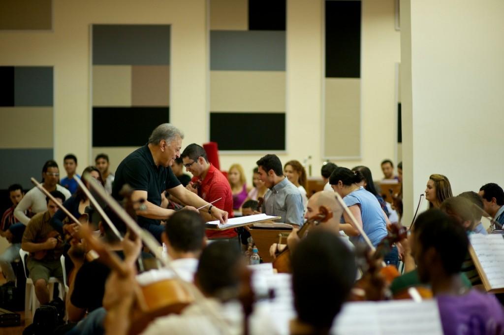 Aula de música erudita no Instituto Baccarelli, em Heliópolis, considerada a maior favela de São Paulo  Créditos: Marcos Bizotto (site do Instituto Baccarelli)