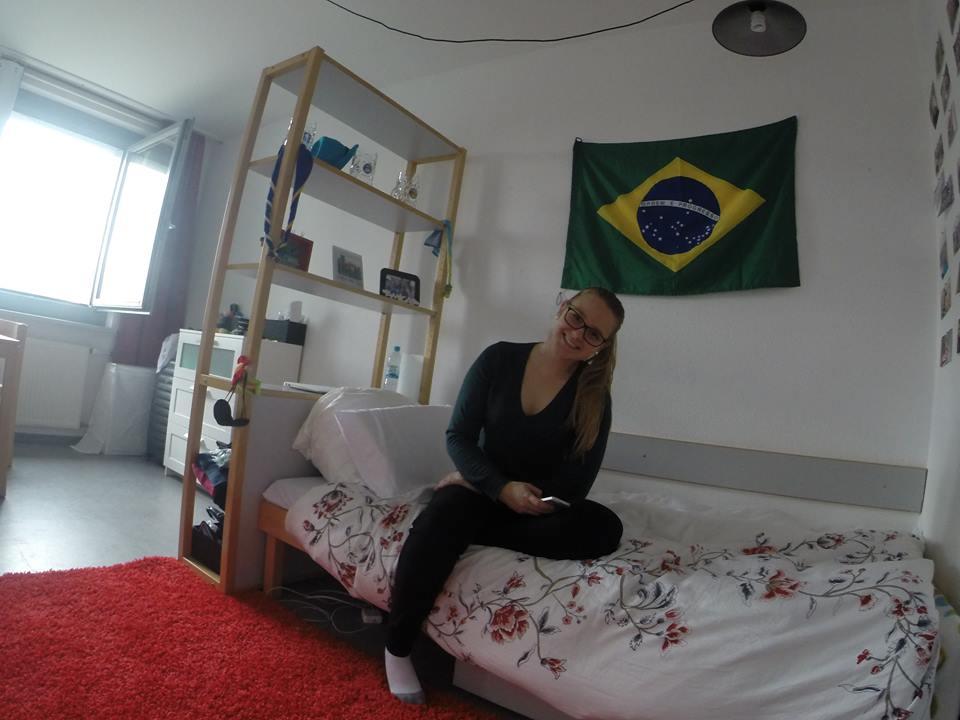 Jaqueline Eich, no quarto em que mora na Casa de Estudantes, em Dresden, Alemanha. Foto de Arquivo Pessoal
