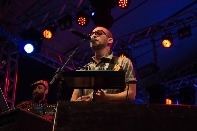 Além de dominar a arte da voz e do cavaquinho, Lucas demonstrou saber lidar com sintetizadores em sua apresentação (Foto: Giulia Halabi)