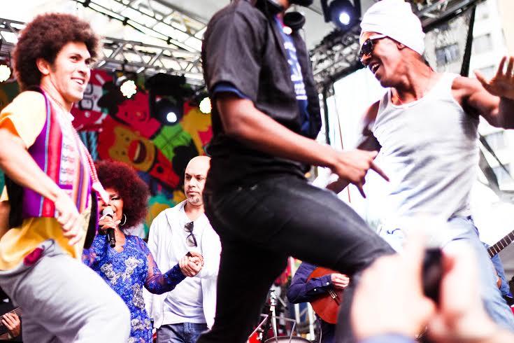 Dançarinos sobem ao palco ao final do show Foto: Maíra Roesler