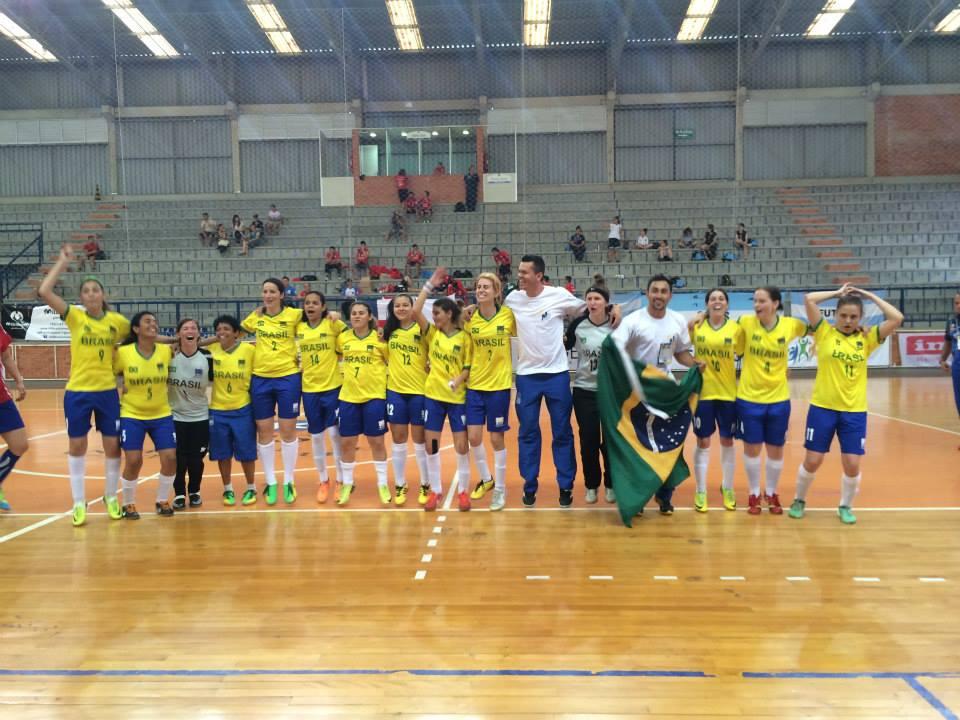 Time de futsal feminino comemora o título de campeãs sul-americanas. (Foto: Confederação Brasileira de Desportos Surdos)