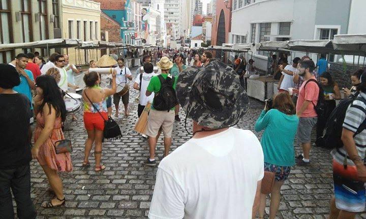 BatuCannabis agitando o pré carnaval no Largo da Ordem (Foto: Kessy Martins)
