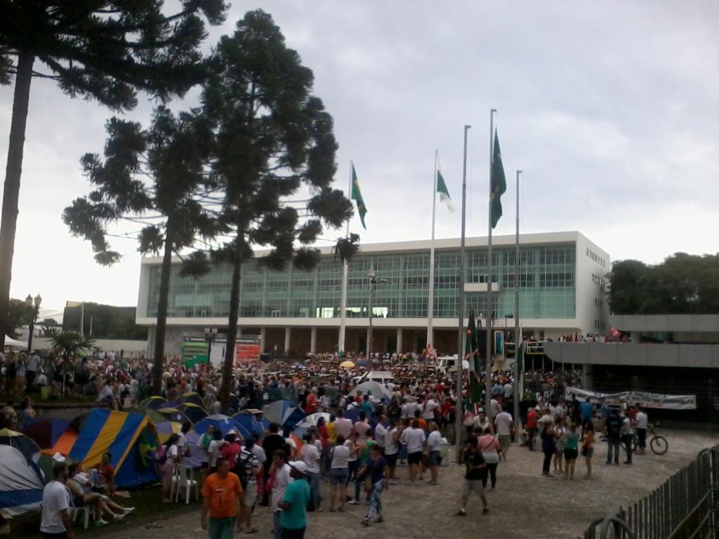 Apesar da suspensão do pacotaço, manifestantes mantém acampamento no Palácio Iguaçu (Foto: Victoria Tuler)