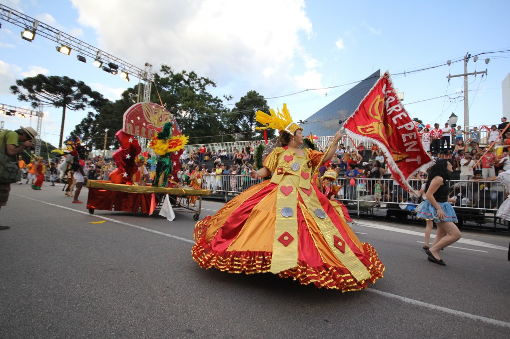 Bloco Derrepent desfilando no Carnaval de Curitiba  (Foto: Luiz Cequinel)