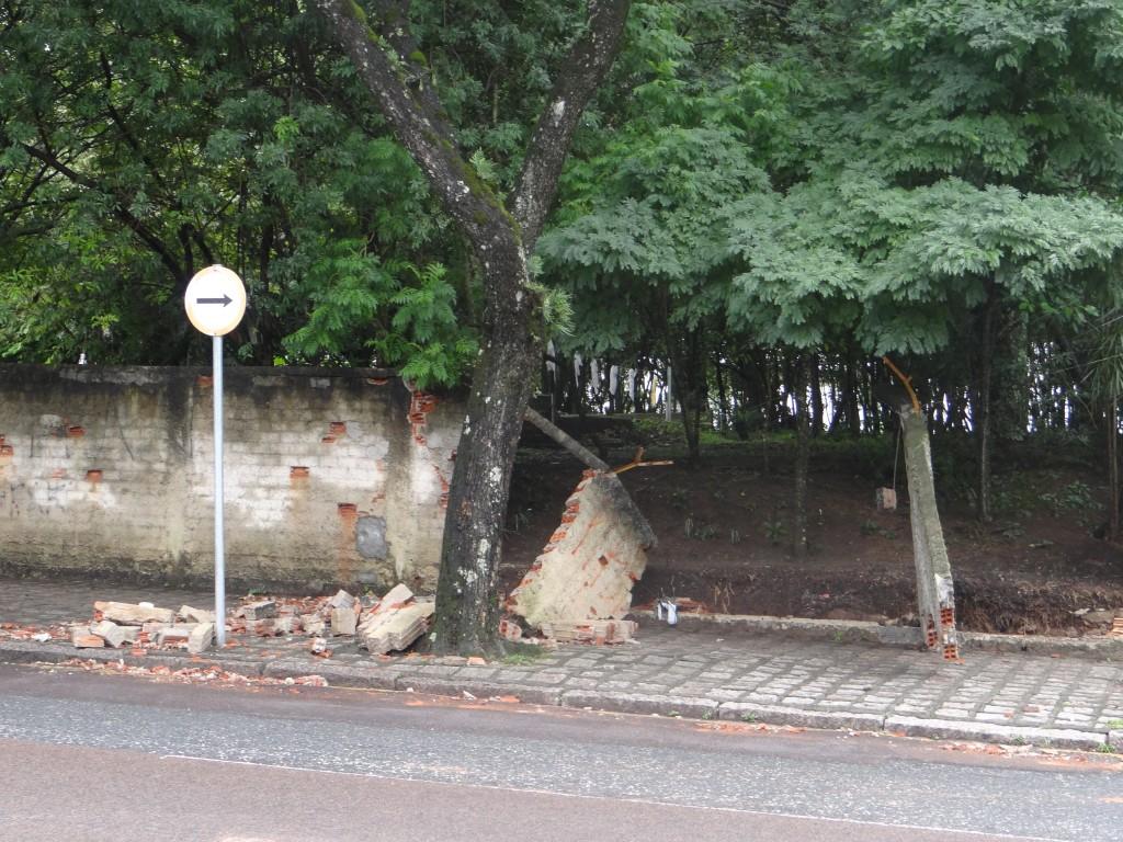 Muro danificado do Campus Juvevê, onde fica o curso de Comunicação (Foto: Marcia Faustino)