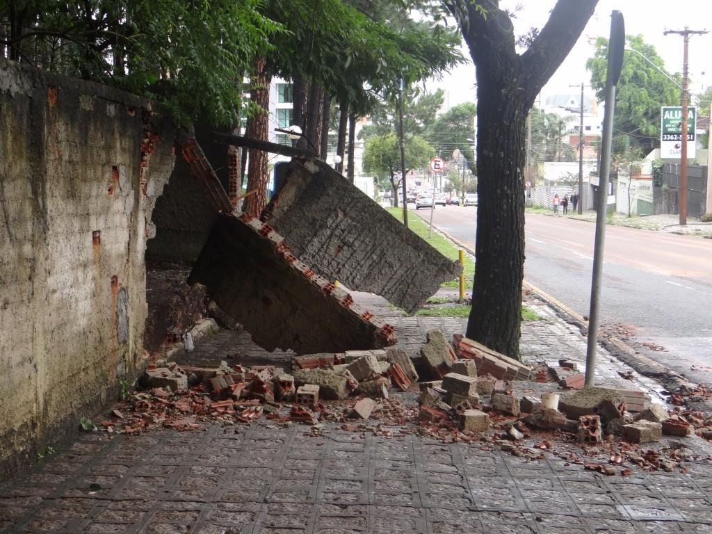 Parte do muro que caiu (Foto: Marcia Faustino)