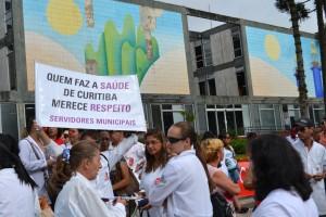 Protesto em frente à prefeitura cobra negociação com prefeito Gustavo Fruet. / Foto: Douglas Maia