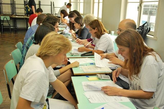 Convocados pelo SISU fazem o registro acadêmico no prédio histórico da UFPR. (Foto: Leonardo Bettinelli)
