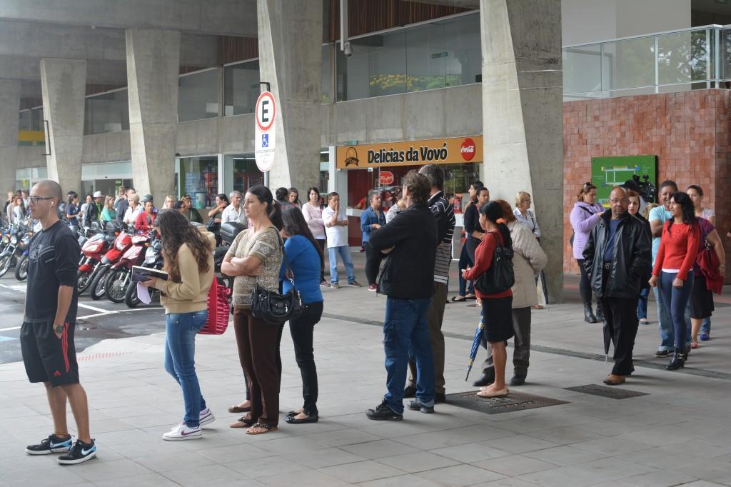 A fila para fazer o cartão transporte e para a recarga estava demorando cerca de uma hora hoje de manhã (Foto:Plínio Lopes)