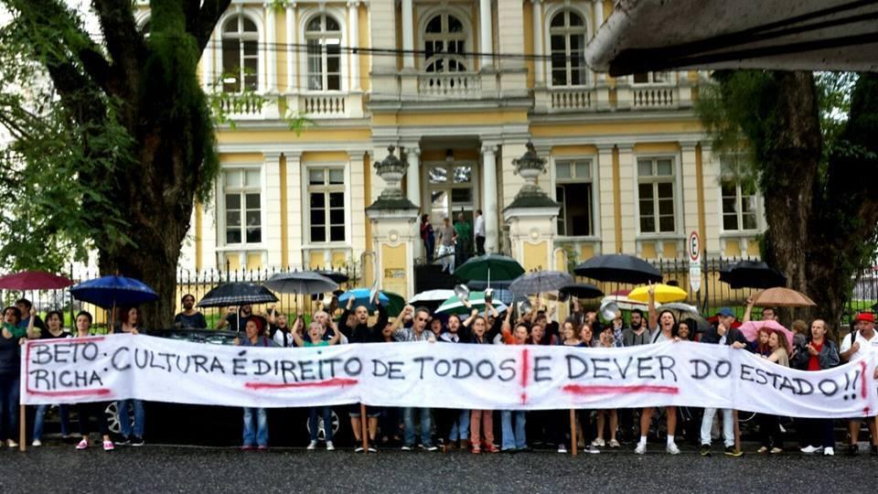 Protesto da Frente ACC, que reuniu cerca de 100 artistas, na frente da SEEC (Secretaria de Estado da Cultura) no dia 30 de janeiro. Foto: Marcelo Almeida.
