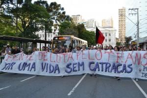 Manifestantes caminharam em direção à Prefeitura (Foto: Douglas Maia)