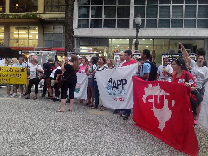 """Durante o protesto, professores gritavam: """"Richa caloteiro, cadê o meu dinheiro"""" (Foto: Kaype Abreu)"""