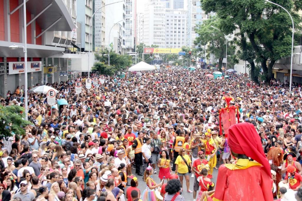 Cerca de 10 mil pessoas se reuniram na Avenida Marechal Deodoro para abertura do pré-carnaval de Curitiba (Foto: Alice Rodrigues)