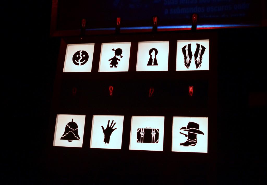 Completamente interativa, a peça pressupõe que o espectador sorteado antes do início das apresentações escolha um dos oitos esquetes presentes no palco. (Foto: Valsui Júnior)
