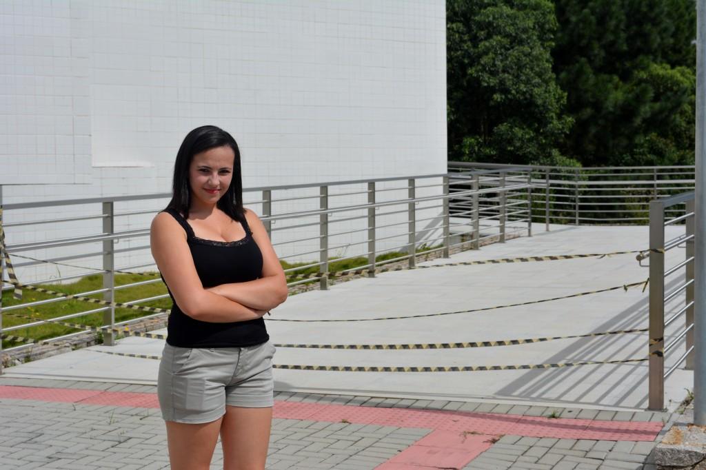 Isabela conta que já chegou atrasada em sala de aula porque tinha de comer em casa e voltar para a universidade. (Foto: Valsui Júnior)