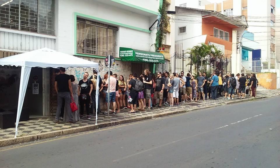 Fila para entrar no estúdio El Cuervo Ink, onde aconteceu o Black Sunday (Foto: Divulgação)