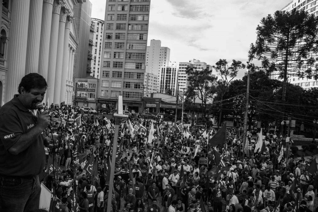 Concentração ocorreu na  Praça Santos Andrade  (Foto: Gabriel Dietrich)