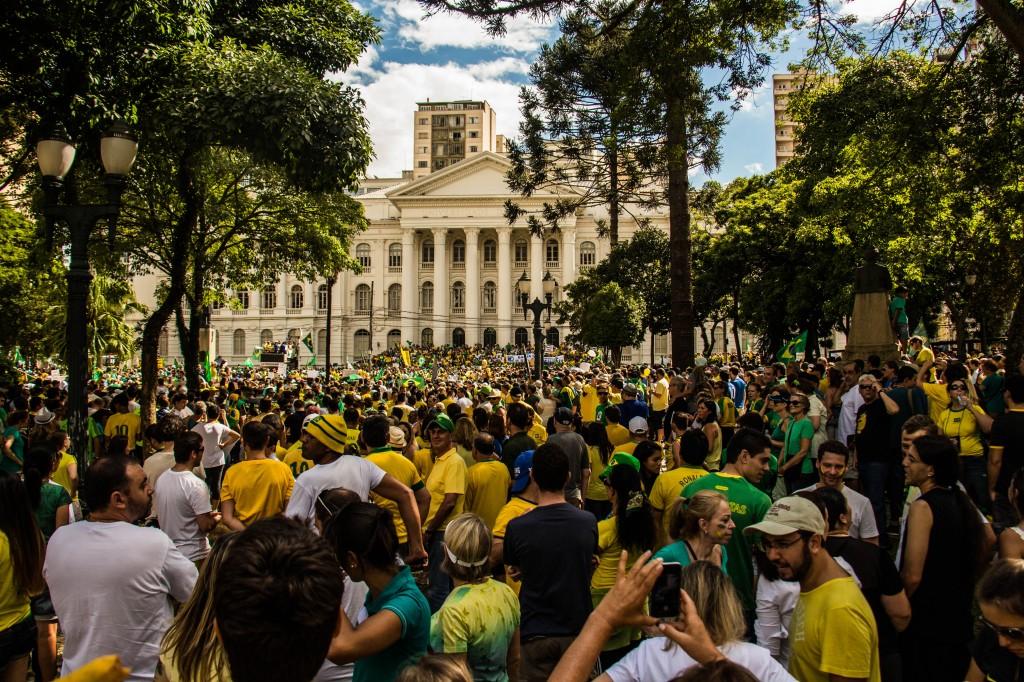 A concentração começou na Praça Santos Andrade, onde uma banda em um trio elétrico animavam a multidão. (Foto: Gabriel Dietrich)