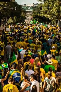 Depois de ir até a Boca Maldita, os manifestantes seguiram para o Centro Cívico. A estimativa da polícia é que 80 mil pessoas participaram da manifestação. (Foto: Gabriel Dietrich)