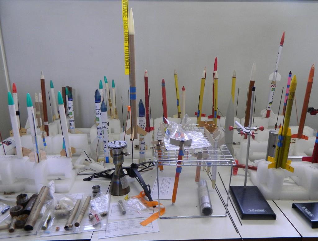 Alguns dos minifoguetes fabricados pelos alunos da UFPR (Foto: Moreno Valério)