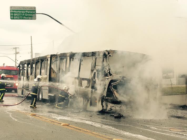 Ônibus Inter II pega fogo no bairro Seminário