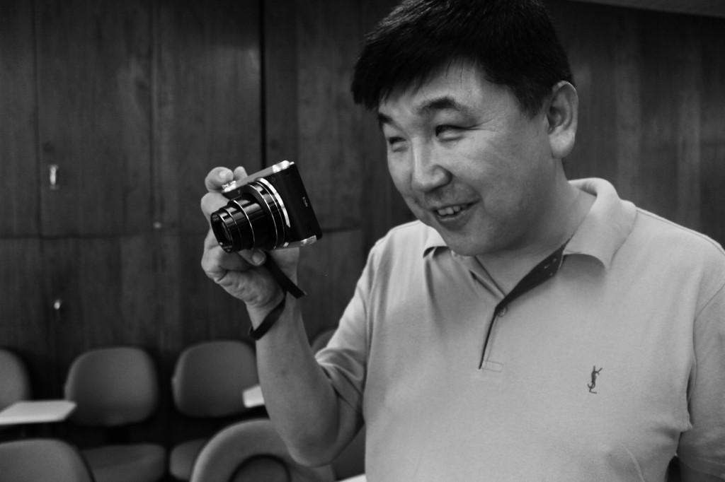 """""""Tenho baixa visão de nascença, enxergo um pouco com o olho direito, mas sempre me interessei por fotografia. Minha primeira máquina digital era pequena, com um visor de duas polegadas, com esforço eu conseguia tirar algumas fotos. Fui me aprofundando até achar essa, no final do ano passado"""", conta Gilberto Ozawa (Créditos: Heloisa Nichele)"""