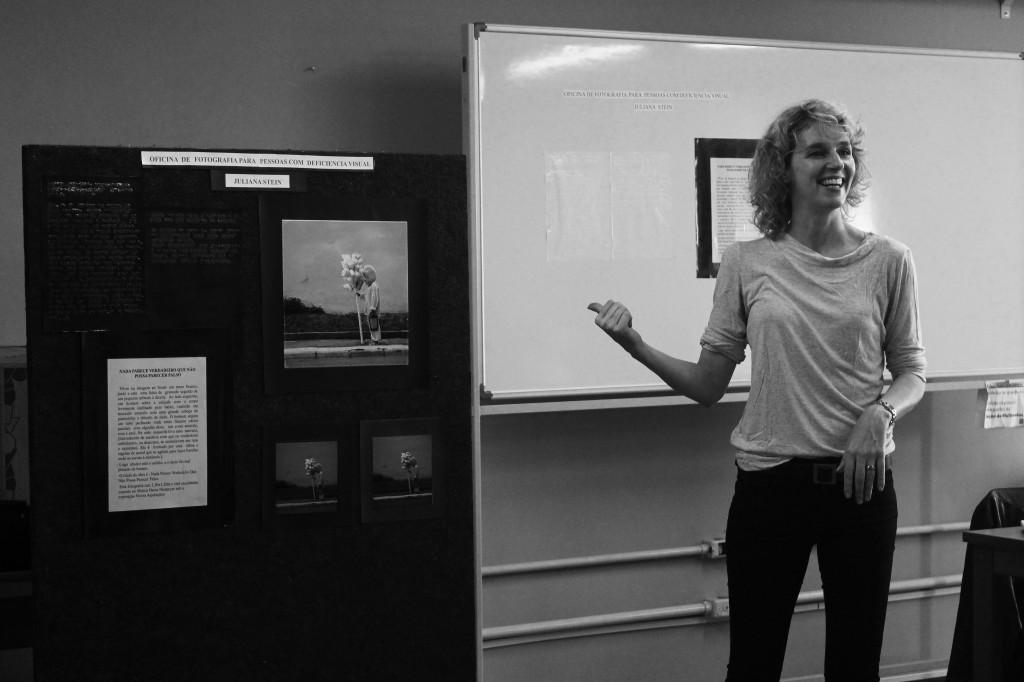 Juliana Stein mostrando a foto que preparou em alto relevo para a turma (Créditos: Heloisa Nichele)