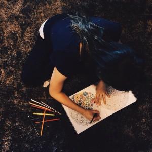 A estudante Paula Pigatto e o livro Jardim Secreto.  (Foto: arquivo pessoal)