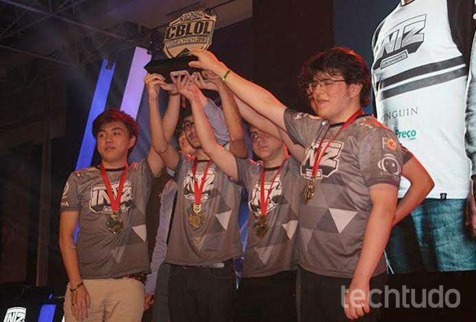 Foto Extra - Jogadores da INTZ recebem o trofeu Foto Felipe Vinha Techtudo