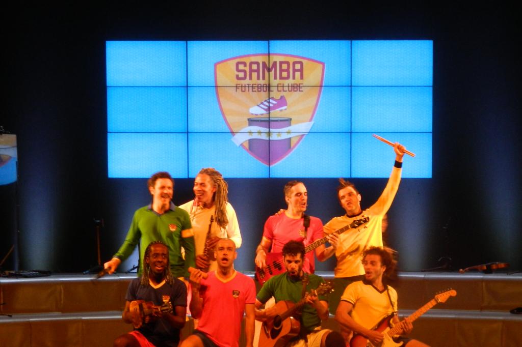 Samba Futebol Clube anima a platéia com músicas desde o início até o fim do século XX. (Foto: Moreno Valério)