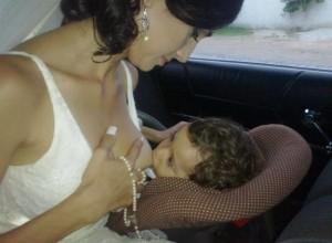 """Fabíola amamentando seu filho no dia do seu casamento. """"Mesmo sendo difícil, não há nada melhor e natural do que a amamentação"""" (Foto: Acervo Pessoal/Fabíola Benetti)"""