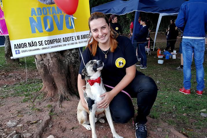 A Dani Savi atua há 10 anos como protetora independente e o Darth é um cão resgatado. Hoje, o grupo que a Dani preside cuida de 160 cães, 30 gatos, 10 coelhos, 3 cavalos e 2 tartarugas.  (Foto: Fernanda Tieme Iwaya)