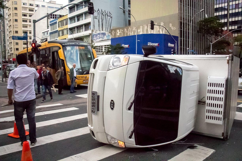 Caminhão com carga suspeita tomba no Centro de Curitiba