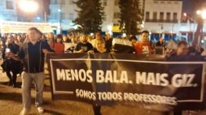 Cartazes relembravam a repressão violenta por parte do governo no dia 29 de abril (Foto: Douglas Maia)