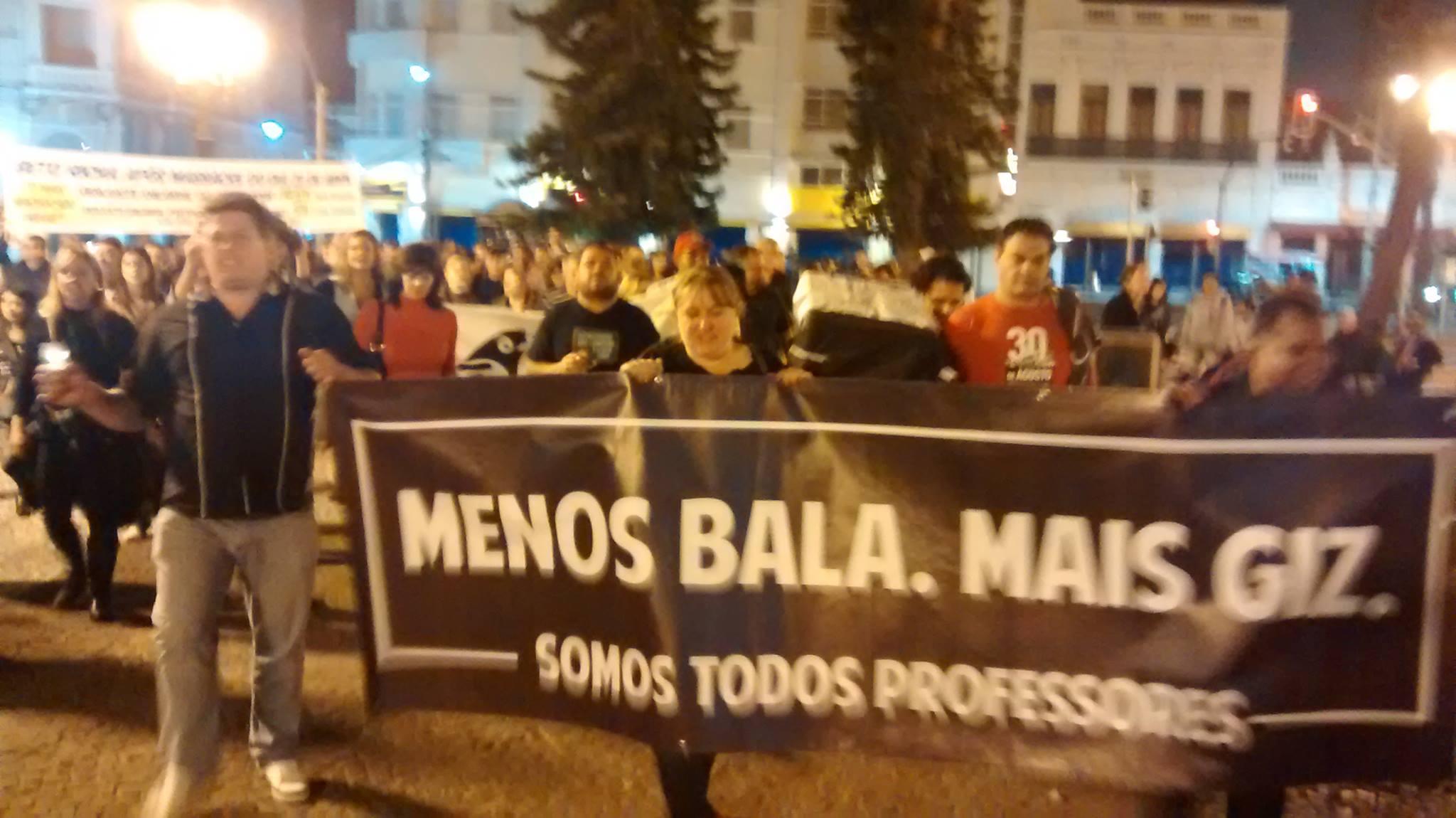 Professores realizam manifestação no centro histórico de Curitiba