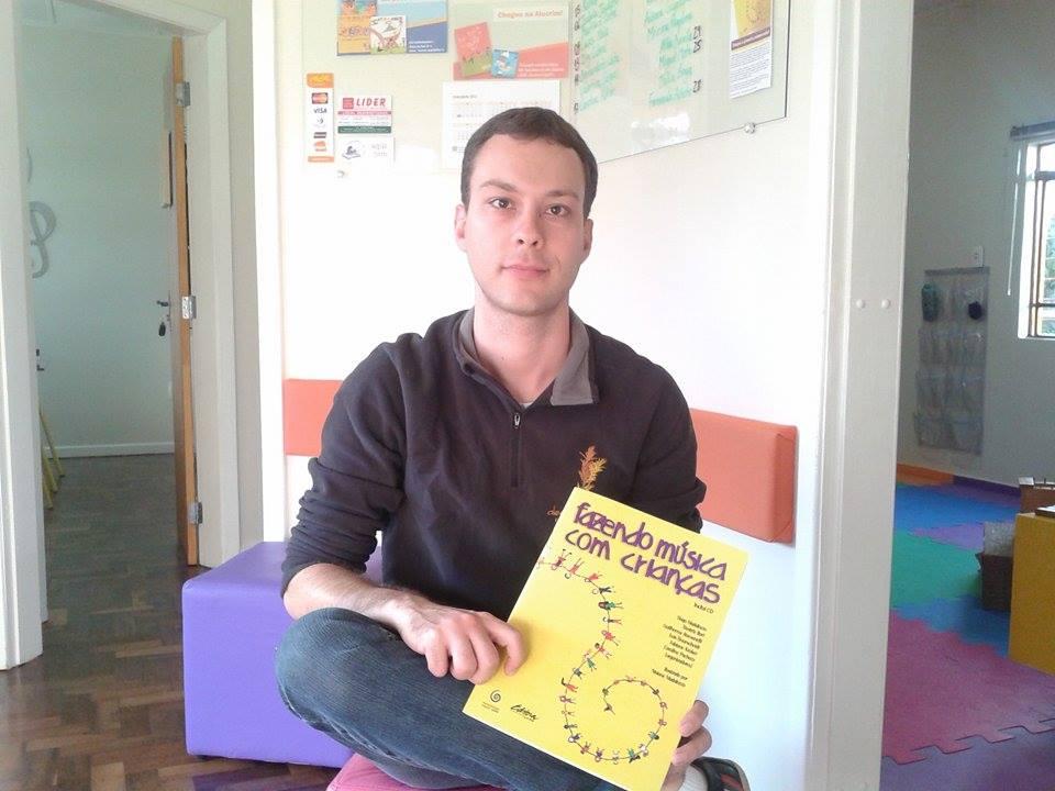 Tiago Madalozzo e seu livro após sucesso nas vendas  (Foto: Arthur Henrique)