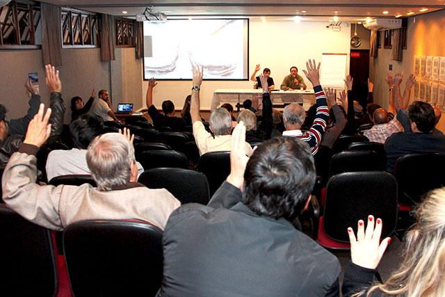 Na assembleia do dia 22, os professores aprovaram o indicativo de greve com ampla maioria dos votos (foto: Divulgação/ APUFPR)