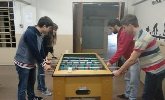 "Mesa ""série A"" é sempre bastante concorrida para partidas do Pebas entre as aulas   (Foto: Leticya Nogarolli)"