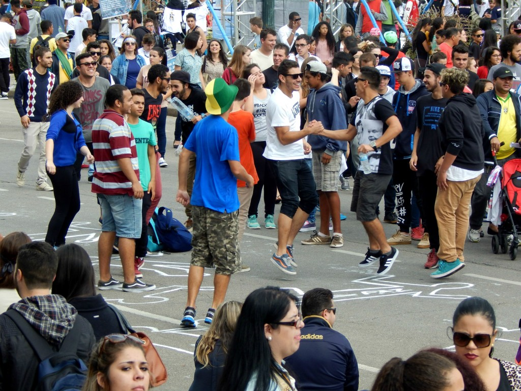 Jovens se divertem durante o show de rock na Praça Nossa Senhora de Salete  (Foto: Helena Salvador)