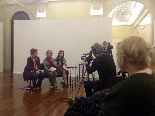 No espaço da exposição, professoras debatem com os alunos o feminismo na arte.  (Foto: Helena Salvador)