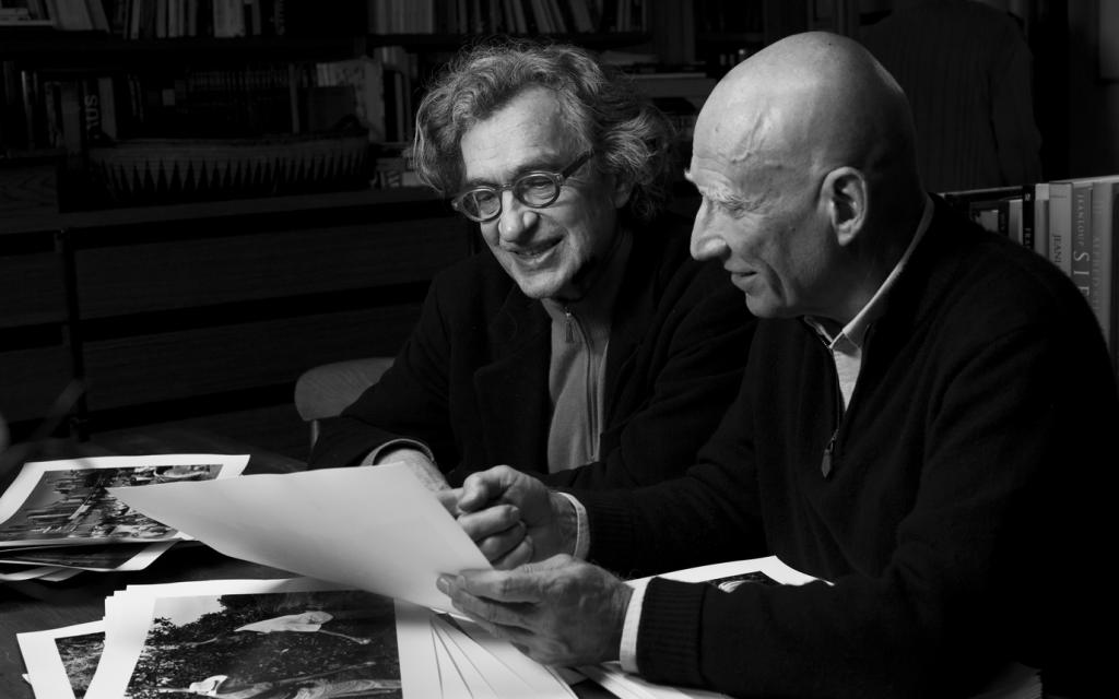 Sebastião Salgado (primeiro plano, à direita)  e o diretor Wim Wenders (fundo, à esquerda).