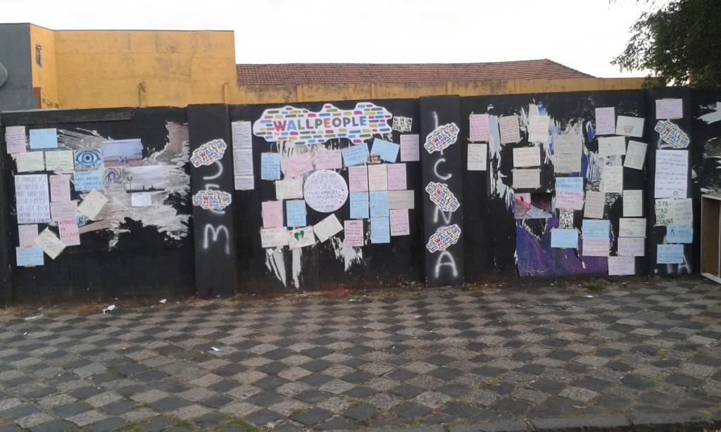 Muro ao final do evento, às 17h.  (Foto: David Ehrlich)
