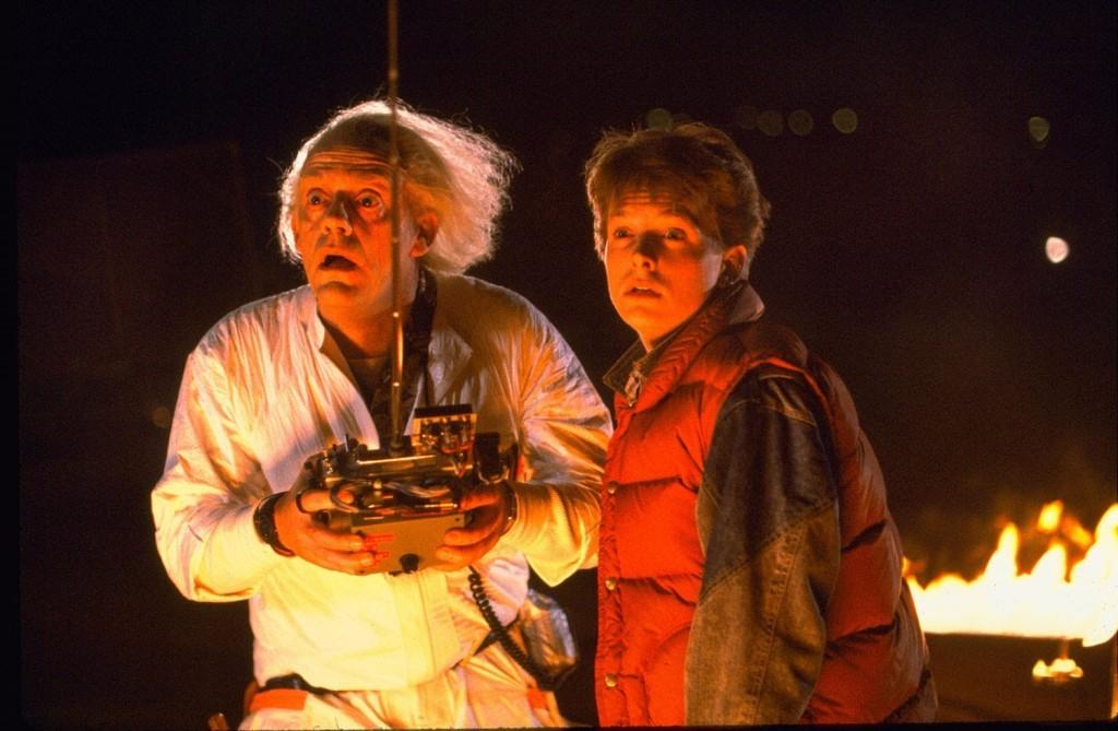 Em De Volta Para o Futuro 2, o cientista Dr. Brown (Christopher Lloyd) e Marty (Michael J. Fox) viajam para o ano de 2015 com sua máquina do tempo (Foto: Reprodução)