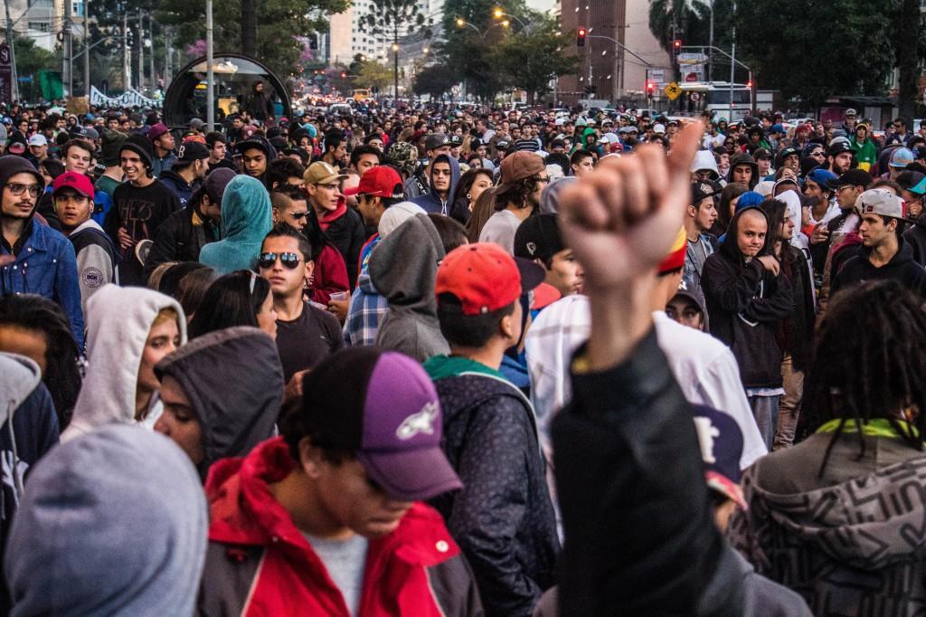 Os cerca de 4 mil manifestantes da Marcha seguiram para o Palácio Iguaçu. (Foto: Gabriel Dietrich).