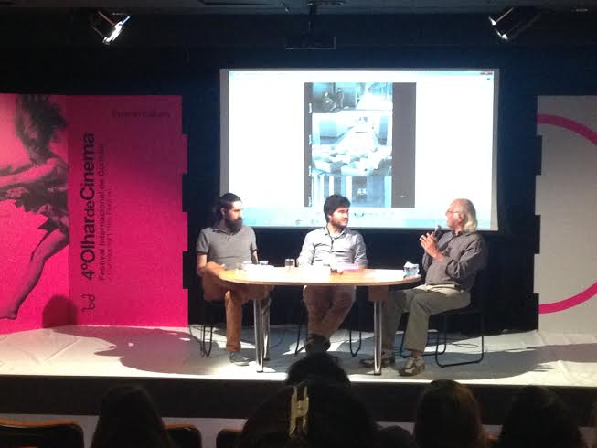 Mesa de debate no Teatro Eva Hertz, com os professores Fábio Allon e Joel Ramalho Júnior e mediação de William Biagioli (Créditos: Helena Salvador)